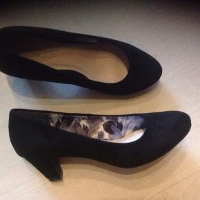 Flotte sko med behagelig hælhøjde, desværre købt for små