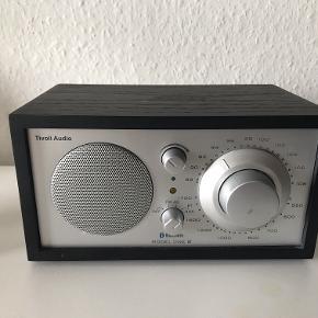 Tivoli Audio Model One BT FM-bordradio med trådløs streaming via Bluetooth.  Brugt meget lidt, men har desværre fået en lille ridse på den største knap som kan dækkes med en sølv tusch under en flytning  Ny pris: 1400 kr.