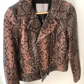 Sælger denne smukke bløde 100% lamme læder jakke fra Inwear. Nypris: 2600  jakken er aldrig brugt, og prismærket sidder stadig på. Straight tight fit og slangeprint.   #slange #læderjakke #slangelæder #snake