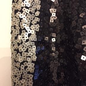 Nye og ubrugte leggins fra Malene Birger i størrelse Large. Ny pris kr. 2.699,00. Sorte med hvide striber ned langs siderne.  Style navn: Ossili Bytter ikke.