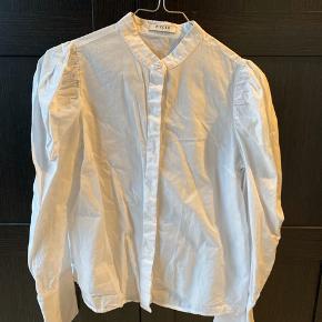 Fin skjorte med pufærmer og fine detaljer ved ærmerne. Brugt få gange.