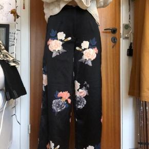 Lækre blomstrede bukser