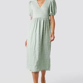 Jeg sælger min Structured Overlap Midi Dress fra NA-KD, da jeg ikke får den brugt 💚💚  Kjolen er brugt få gange og har derfor ingen tegn på slid 💖 spørg gerne for flere billeder + info