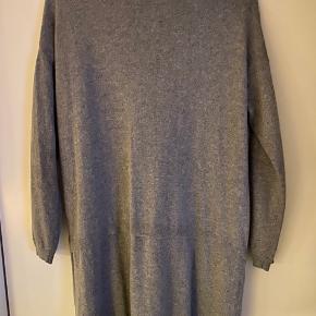 Lækker lang strik cardigan fra Armani Jeans, med enkel knaplukning øverst.
