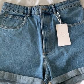"""Zara denim shorts. Aldrig taget i brug.  Str. 40, """"mom fit""""  50 kr."""