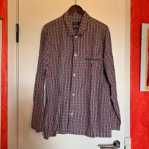"""Polo Ralph Lauren Nattøj, str. XL Nattøjet er vasket, men aldrig brugt  På natskjorten er der en brystlomme i venstre side På natbuskerne er der lommer i siderne samt bindebånd i livet  Mulighed for """"Køb nu"""" eller mødes og handle :)"""