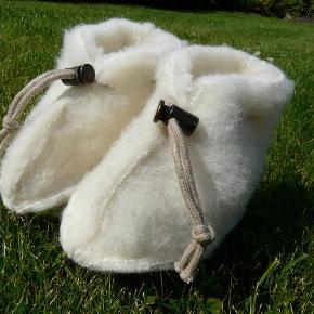 Vil du gerne holde din baby's fødder varme gennem hele vinteren? Så er disse håndsyede baby-hjemmesko, som er lavet af 100 % merinould, lige noget for jer.   Farve: Beige Størrelse: 0-2 mdr. og 2-4 mdr.  Pris: kr. 89,- + porto (for 2 par kr. 150,- ialt + porto)  Se iøvrigt mine andre annoncer med uldhjemmesko til teenagere og voksne  Babysko - Uldhjemmesko - Uldfutter Farve: Beige