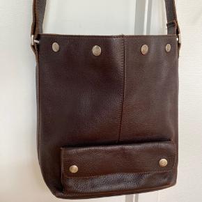 Lækker adax med plads til iPad   Kan bruges både crossbody og som skuldertaske   Har en skøn mørk brun farve