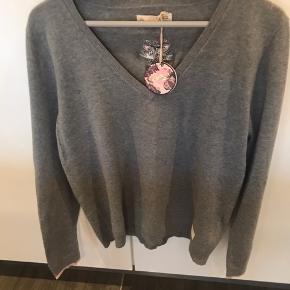 Sælger min søde trøje fra ODD MOLLY, str 4 i grå/rosa - 100% bomuld :-)  Har aldrig været brugt og tags sidder stadig på🌸