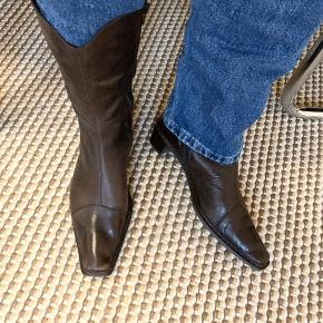 Flotte western-inspirerede støvler fra Rieker i mørkebrunt læder og med lækkert foer 🐻
