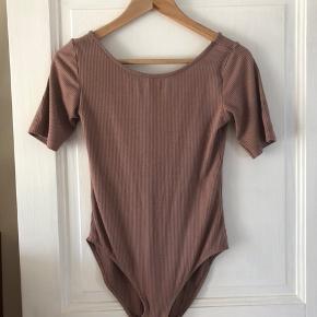 Fejlkøb, aldrig brugt ribbet body fra H&M i flot gammelrosa farver med dyb ryg på bagsiden