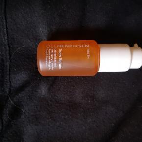 Ole Henriksen Truth Serum 30 ml. Normal nypris 495kr  Et dagligt vitamintilskud til dit ansigt. Med et ekstremt højt indhold af C vitamin sørger dette serum for at udglatte linjer og rynker, samtidig med at det forebygger forekomsten af nye. Antioxidanterne i Ole Henriksen Truth Serum virker som skjold mod luftens forurening, mens fugtbindende ingredienser, gør huden velnæret og beskyttet. Den indeholder desuden ekstrakt fra appelsin og grøn te, og er med til at give en smuk og ungdommelig glød. Dette aromatiske serum er let som en fjer, og absorberes øjeblikkeligt. Ole Henriksen Truth Serum er et forebyggende serum, hvis beroligende egenskaber gør den velegnet til sart hud, der har tendens til rødme og udslæt.  Ole Henriksen Truth Serum hed tidligere Truth Serum Collagen Booster.  Fordele:  Vitamintrigt serum Virker udglattende Beskytter mod forurening Meget let formel Virker beroligende Giver en smuk og ungdommelig glød Uden parabener, sulfat og ftalater Anvendelse:  Fordel produktet i ansigtet hver morgen og aften Når den er absorberet påføres creme Ingrediensliste:  Water (Aqua), Sodium Ascorbyl Phosphate, Calcium Ascorbate, Sorbitol, Glycerin, Tocopheryl Acetate, Aloe Barbadensis Leaf Juice, Citrus Aurantium Dulcis (Orange) Fruit Extract, Camellia Sinensis Leaf Extract, Euphrasia Officinalis Extract, Rosa Canina Fruit Extract, Citrus Grandis (Grapefruit) Seed Extract, Oleth-20, Hydroxyethylcellulose, PEG-12 Dimethicone, Benzophenone-4, Sodium Hyaluronate, Thioctic Acid, Phenoxyethanol, Citric Acid, Caprylyl Glycol, Hexylene Glycol, Limonene, Linalool, Citral, Fragrance (Parfum), Yellow 6.