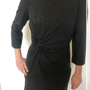 Super fin kjole, der kan bruges i alle anledninger. Super fin stand. Kontakt mig gerne🌸