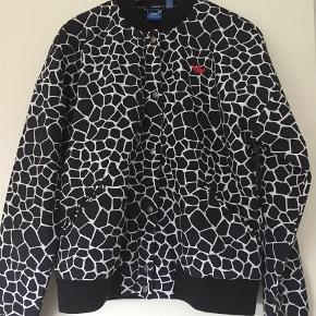 Varetype: Bomber Farve: Sort Oprindelig købspris: 900 kr.  Super fin jakke fra Adidas, fejler intet og matcher fint str M/38😃  Bytter ikke. 😬 Handler via mobilepay og sender med dao 👍🏼