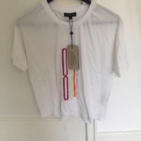 Ny T-shirt fra Selected, stadig med prismærke! Sælges da jeg aldrig nåede at få den byttet.   Kan afhentes i Århus eller Vejle, eller sendes med DAO:)