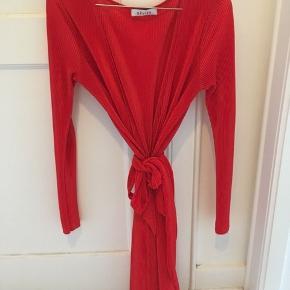 Brugt få gange - købt i Samsøe med mærket Devier. Super smuk kjole med bindebånd 🌸