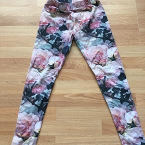 Superfine leggings med blomster fra Popupshop.