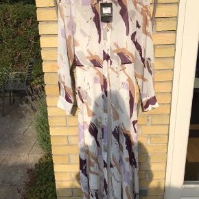 Smuk kjole fra Bruuns Bazar. Aldrig brugt. Nypris 1500 kr sælges for 650 kr. eller for højeste bud.