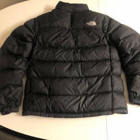 The North Face nuptse vinterjakke helt uden skader. Nypris var 1800 men sælger den billigt da jeg har fået en ny jakke.