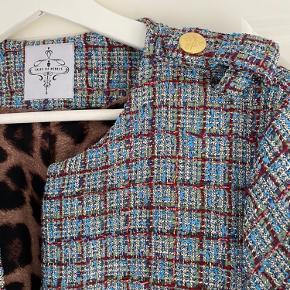 Smukkeste frakke med Leo foer. Str. L, men synes mere det er en M.  Brugt 5 gange, så fremstår rigtig pæn.   Mindstepris kr. 1200,- pp.
