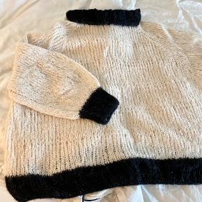 HJEMMESTRIKKET sweater. Strikket i Drops Brushed Alpaca Silk, som består af 77% alpaca og 23% silke.  Sælges, fordi den er strikket lidt til den (for) store side.  Vil passe en str. XL og XXL   Dette er min tredje hjemmestrik og der vil være små fejl at finde - også kaldet warrior wounds 😋   —————————  🌸 HUSK 🌸 at du kan lægge flere af mine varer i din kurv og kun betale porto én gang ✨  ————————