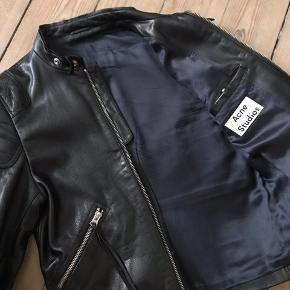 Super cool læderjakke fra Acne Studios, model Oliver  Str. 50. Stand 9/10.  Kun brugt til et enkelt show. Nypris 9000,-  Giv et bud :-)