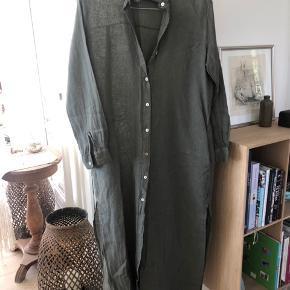 Skøn skjortekjole i lækker italiensk hør. Ekstra lang. Størrelsen er S/M. Brugt 2 gange. Se også mine over 100 andre skønne annoncer 🌸