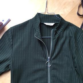 Flere billeder i kommentarerne!   Flaskegrøn trøje fra Envii i str M.  Ikke brugt mere end 10 gange. Kan lynes op hele vejen ned foran, så man kan selv vælge hvor udskæringen skal gå til.   Se gerne mine andre annoncer af tøj og sko  💕  Grøn envii stram tætsiddende lynlås flaskegrøn trøje bluse rillet
