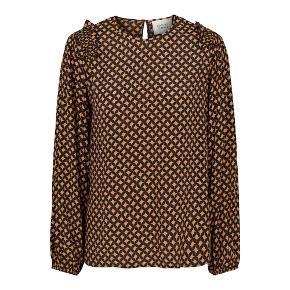 Smuk bluse fra Second female. Blusn er med flotte detaljer og er med lange ærmer.  Farve: sort og orange  Kvalitet: 70% Viskose 30% Silke