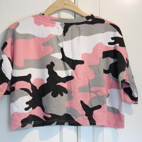 Mærke : Missguided Barbie - T-shirt Str.: EUR 38 Farve: Camouflage Lyserød-sort-hvid Bemærkning: Brugt - ingen fejl  Se www.7shoppen.dk