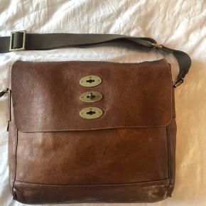 """Mulberry Brynmore taske i cognac farvet læder. Stort rum med plads til computer 13""""-15"""" samt mindre forrum med kuglepenneholder og mindre lomme.  38cm bred, 33cm høj.  Laves ikke længere af Mulberry. (Udgået model)"""