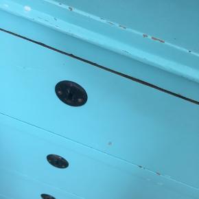 Lille kommode - maling er skaldet af, så er man ikke til det kræver den en omgang maling.  Kom med et bud.   Mål:  Højde 72 Brede 69 Dybde 40