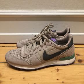 Nike Nationalist i 37,5. Beige med lilla og mintgrønne detaljer