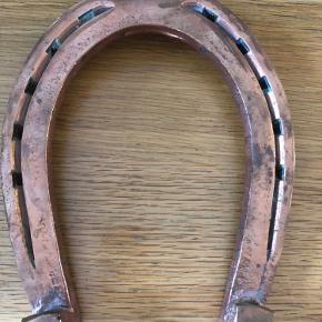 Super fin gl. hestesko der er forgyldt med kobber.(hvis det hedder det) Den er super flot at bruge til bryllup mm.