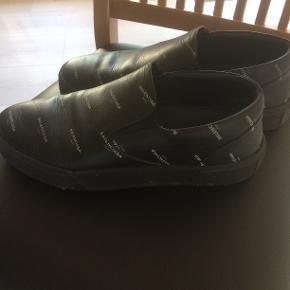 Top fede sko fra Balenciaga brugte men klar til meget meget lang tid endnu. Sælges for min søn som ikke har kvitteringen men står indefor at de er 100% ægte. Skoene er en str 40 MEN svare til en str 42