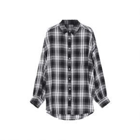 Flot skjorte fra Skall Studio købt i marts. Den er for stor, så jeg vil gerne bytte til en medium - men sælger også gerne til rettenpris.