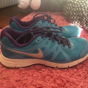 Stort set ubrugte gummisko fra Nike i str 39.  De er turkis og lilla og er perfekte til fitness