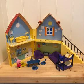 Gurli Gris sammenklappeligt hus med håndtag.   Masser af tilbehør: køjeseng, badekar, sofa, spisebord og meget mere.   Har brugsspor men fejler intet.   Har flere annoncer med Gurli Gris😊