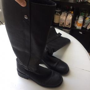 Smukke lange sorte støvler fra Shoe Biz i flot stand.  Byd gerne ☺️