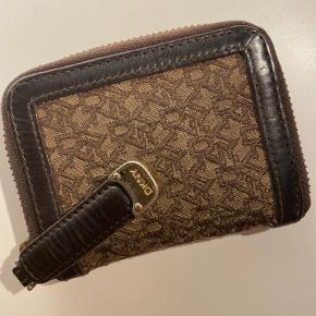 God størrelse pung fra DKNY, fremstår brugt, med lidt brugsspor.