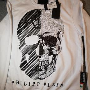 Trøjen og mærket taler for sig selv! Virkelig fed trøje af legendariske philipp Plein. Har du noget interessant er et bytte ikke udelukket   Mp 1000 Nypris 4300   Bluse Farve: Hvid Oprindelig købspris: 4300 kr.