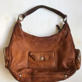 Godt brugt vintage-agtig læder taske. Der er ingen huller eller lignende, er slidt på kanterne.
