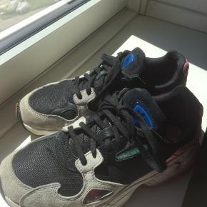Adidas Falcon. Brugt i en kortere periode, trænger til en lille vask.   Fast pris via køb nu.   #tuessaysellout