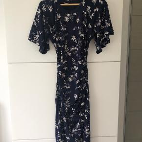 Lækker Baum kjole i jersey med lynlås bag Vingeærmer og elastikeffekt i sider