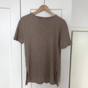 Metallic/guld t-shirt fra Zara.