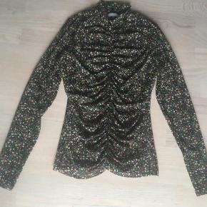 Brand: Frakment Varetype: Bluse Størrelse: S/M Farve: Multi Oprindelig købspris: 299 kr.  Smuk mesh bluse, Brugt én gang, da den desværre er for stor til mig 😊