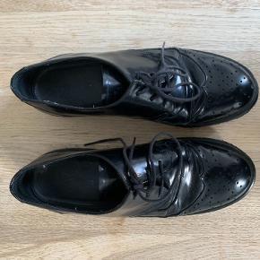 Sælger disse fine, søde, læder laksko fra Angulus, som kan bruges til alt. Foer og dæksko i blødt skind.  De er næsten aldrig brugt da jeg ikke kan passe dem.  Her er et link til den originale sko: https://www.angulus.dk/da/herre-inspireret-sko-med-snore-3502-1021835
