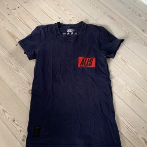 T-shirt fra Alis i mørkeblå med lille logo på bryst, brugt men i rigtig god stand