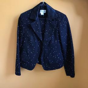 Vintage haute couture Charles Gray London blazer og nederdel/ jakkesæt i uld købt i New York. Sort med små 'dots' i forskellige farver, super fint og chic.