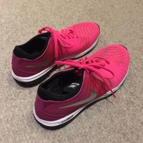 Sælger disse sportssko fra Nike. Skoene er blevet brugt cirka 3 gange, så de står stort set som nye. Dog er Nike logoet på den ene sko gået lidt i stykker, og snuden på den ene sko er lidt beskidt, ellers er de i perfekt stand
